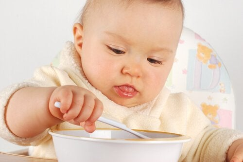 baby spiser med ske