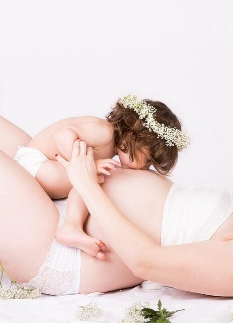barn kysser mave