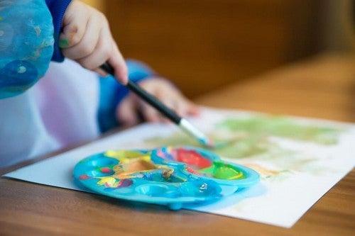 barn maler et billede