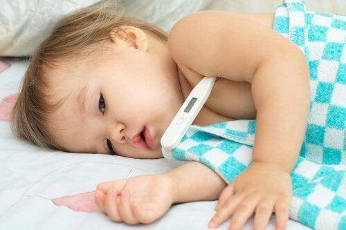 sygt barn får målt sin temperatur