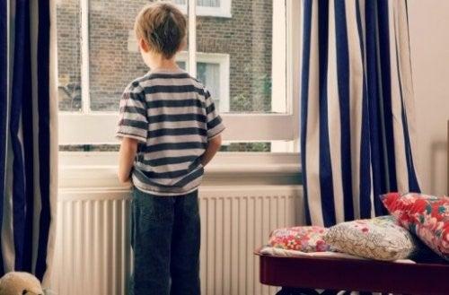 Nøglebørn: Problemet Med At Efterlade Børn Alene Hjemme