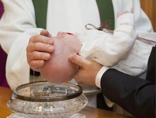 barn bliver døbt
