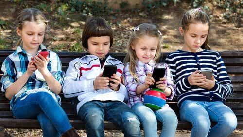 Børn bør ikke bruge smartphones - her er 8 grunde