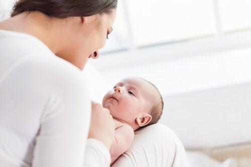 Mor snakker med sin baby