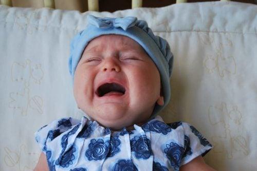 Betydningen af at give din grædende baby opmærksomhed