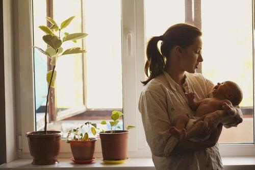 Mor trøster baby som græder