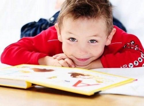 dreng læser en bog