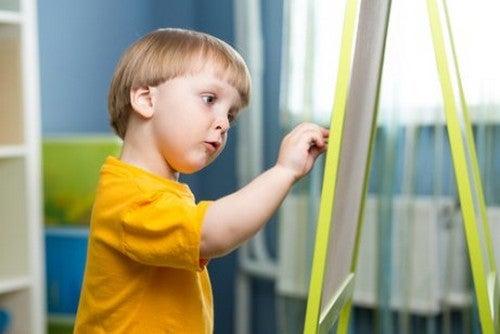 dreng tegner på tavle