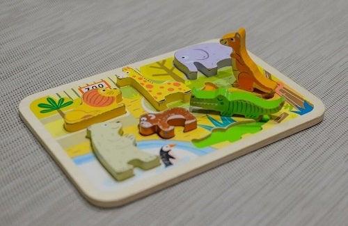 Et brætspil kan være sjove aktiviteter for 2-årige