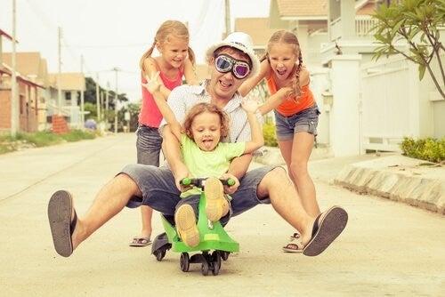 far leger med sine børn