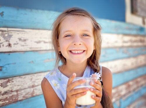 Pige som drikker mælk.