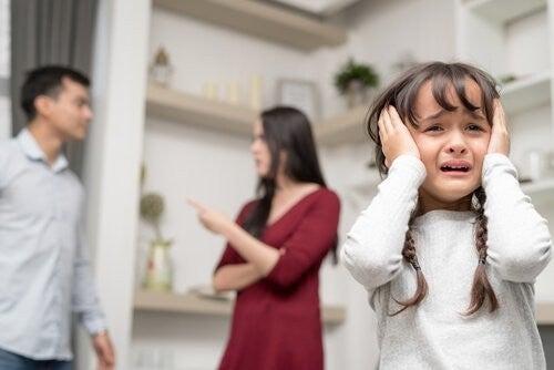 forældre skændes foran grædende datter