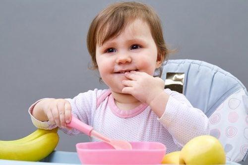 5 tips til at lære børn at spise selv