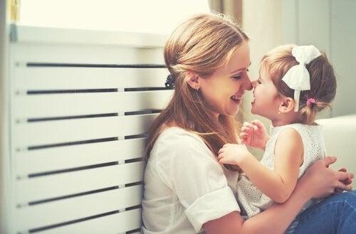 mor og datter hygger sig