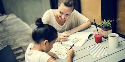 Mor hjælper datter med lektier med hjerne øvelser