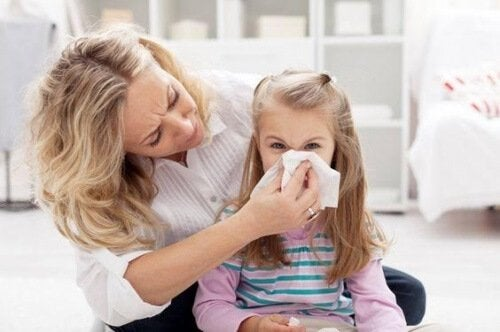 Mor hjælper med næseblod