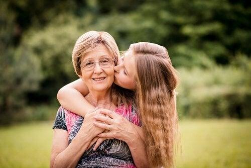 pige kysser bedstemor