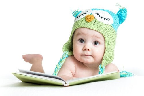 Baby læser bog