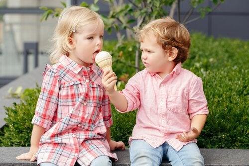 Dreng deler is med pige