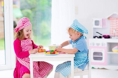 To børn der leger køkken
