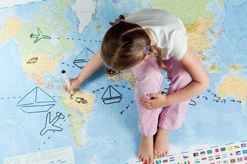 Lille pige tegner på mappe