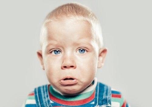 lille dreng er trist