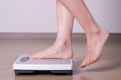 kvinde vejer sig selv