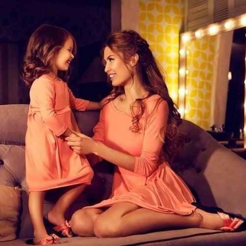Mor og datter smiler