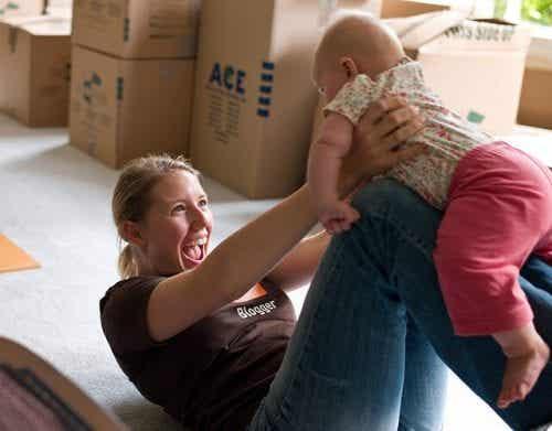 Leg med din baby for at give stimulation