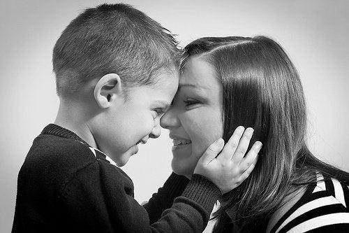 Mor og søn taler