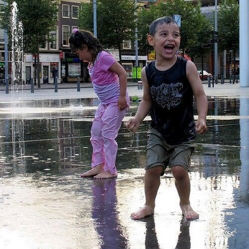 søskende leger i springvand