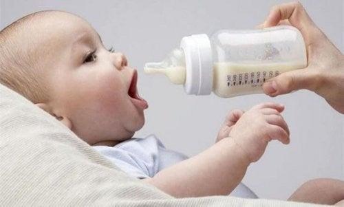 baby får flaske