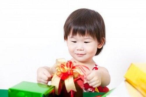 baby åbner gaver