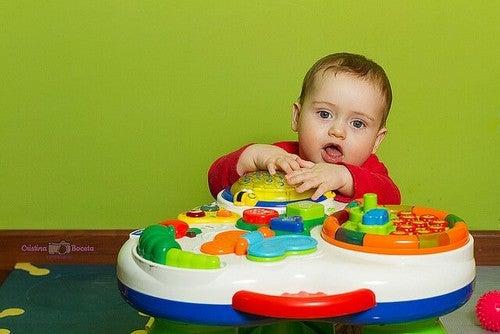 baby leger med legetøj