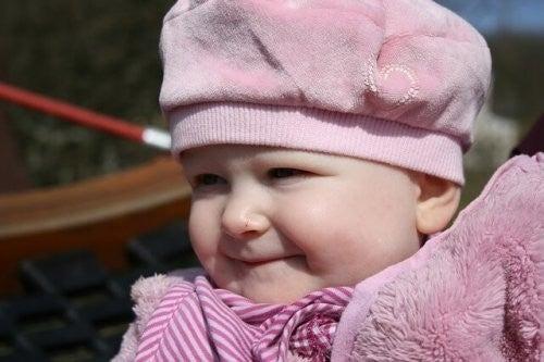smilende baby med hat på