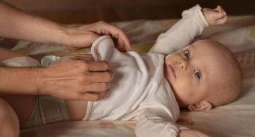 Bør du vække dit barn for at skifte barnets ble?