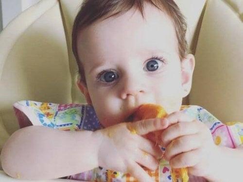 baby lærer at spise selv