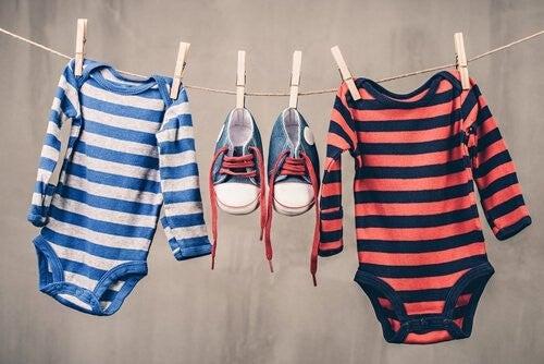babytøj- og sko hænger til tørre