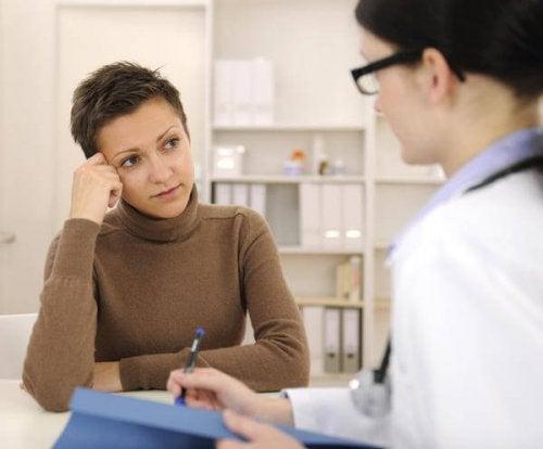 Dame taler med læge om menstruationscyklus