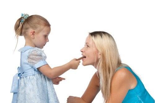 pige giver sin mor en snack