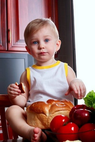 dreng sidder og spiser