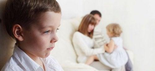 Dreng græder på grund af fraværende fædre