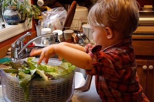 dreng hjælper med madlavningen