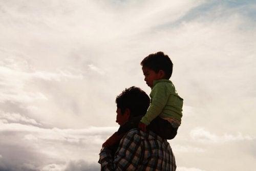 Far med søn på sin skulder
