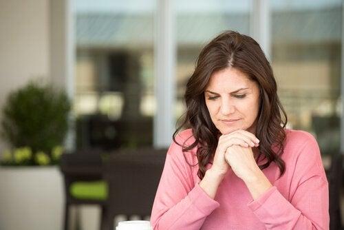 Kvinde går gennem overgangsalderen