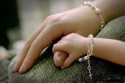 mors og babys hånd