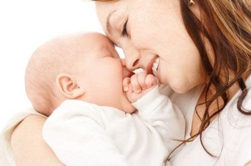 mor giver sin baby kærlighed