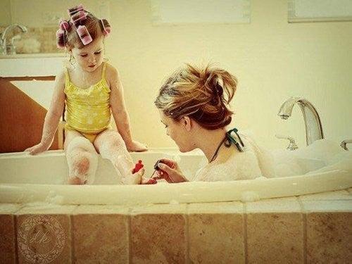 mor giver datter neglelak på i badekarret