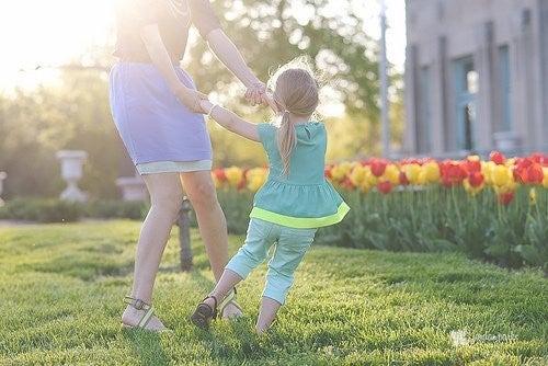 mor og datter leger ude i solen