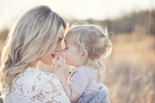 mor og datter ude i naturen
